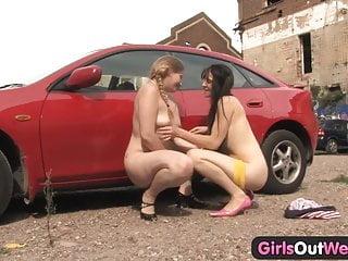 Girls Out West Tettona lesbiche al parcheggio