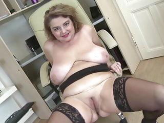 Elegante mamma matura con grandi tette e culo grosso
