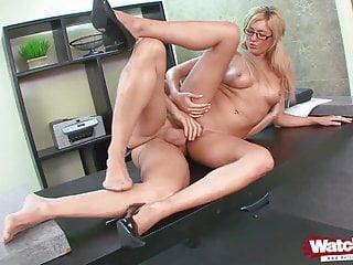 Blondine im Office von Mitarbeiter gebumst