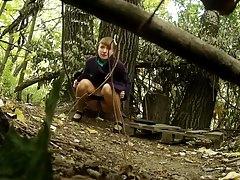 Orosz tini az erdőben pisil