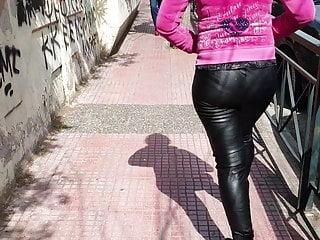 Amateur Voyeur porno: Greek milf in leather leggings 4