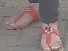 Candid  feet of  very beuty milf