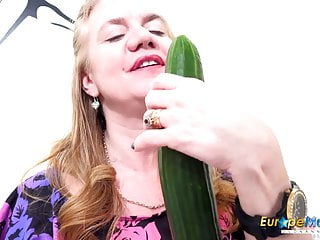 EuropeMaturE Alone Milf Pussy rubbing with Toys