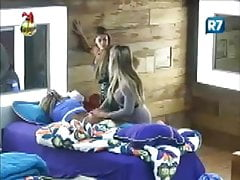 Isis Gomes e Karine Dornelas - Massagem na bunda (A Fazenda)