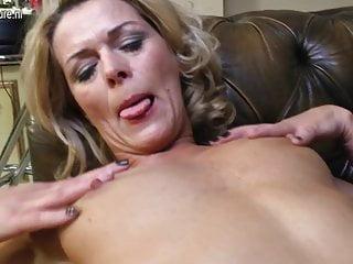 Madre impertinente con vagina affamata matura