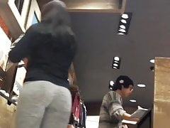 Un bel culo in pantaloni grigi