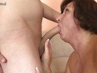 La mamma matura scopa l amica dei suoi giovani figli