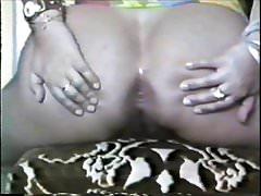 Marily mostrando o haină eo fund