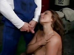 A titkárnővel szexelt a szerelő majd a végén lehugyozta a mellét