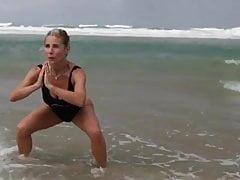 Elsa Pataky traint op het strand
