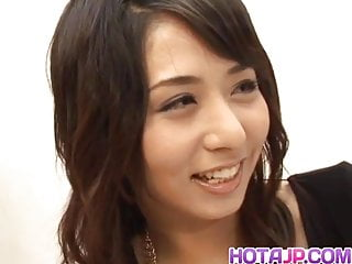 Yuka Osawa獲取一個大雞巴砸她的毛茸茸的貓