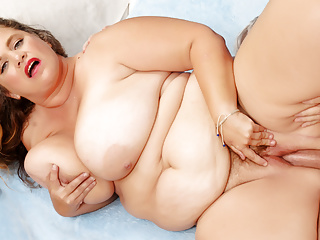Fat lady hayley jane treats her unshaved muff...
