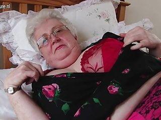 Vero nonnina con grande petto