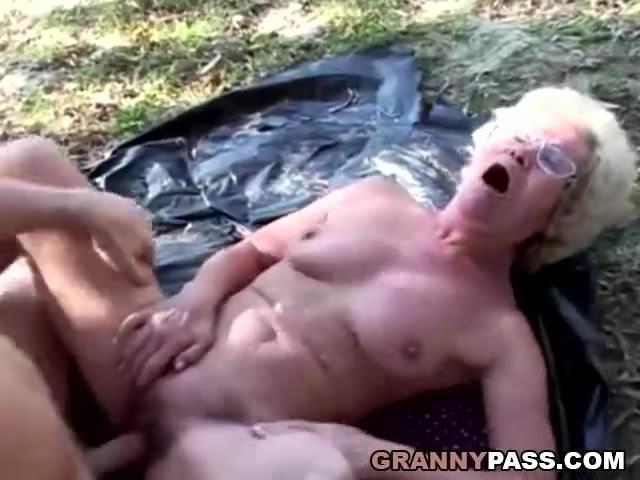 Tóparton szexelt a kaszásnak öltözött fiával a nagyi szex videó