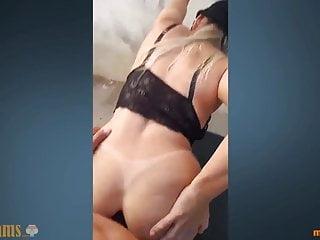 Coroa gostosa de marquinhas faz sexo anal na rua