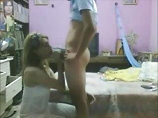 jovencita mamando en su cuarto