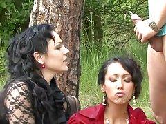 Két biszex pisimániás csajszival szexelt a pasi az erdőben