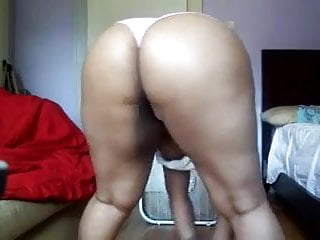 Bored black bbw milf shakes ass at home...
