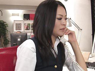 熱年輕的秘書獲取她的貓玩與