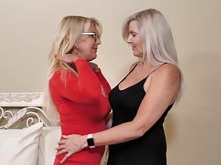 Staršie lesbičky si to spolu rozdajú
