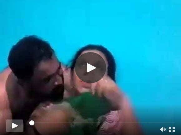 शर्मीली गृहिणी उसके स्तन दिखाती है