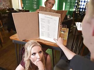Scambio di date astutamente stravagante con tette enormi bionda