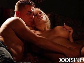 Blonde MILF pussy penetrated alongside face sitting babe