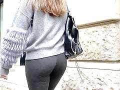 booty in the street. nice ass!