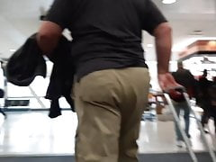 thick daddy cakes khaki ass walking through airportPorn Videos