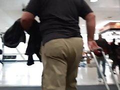 thick daddy cakes khaki ass walking through airportPorn Videos
