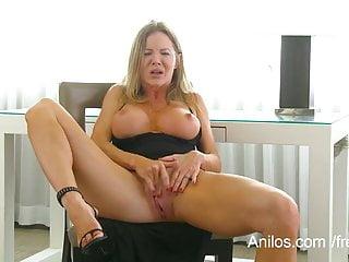 La cougar tettona Amber Michaels punisce la sua fica gocciolante