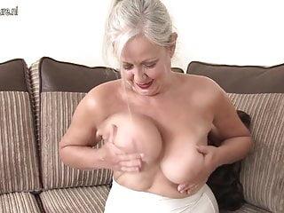 La nonna britannica matura dimostra di avere ancora quello che serve