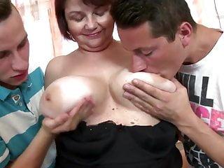 Mamma matura con grandi tette cadenti scopata da due ragazzi