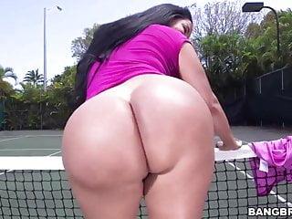Enorme culo Kiara Mia viene pestata in un campo da tennis
