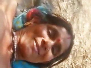 बेडरूम में भारतीय युगल घर का सेक्स