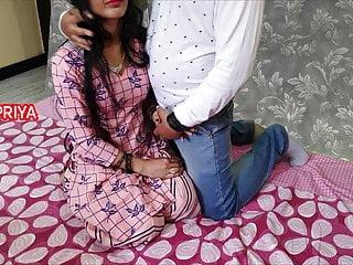 श्वेत व्यक्ति एक भारतीय लड़की को घर ले आया