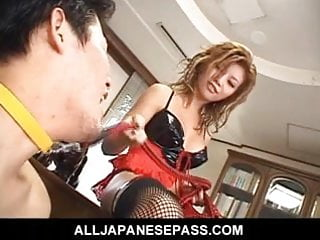 亞洲情婦給她的奴隸一個粗糙吹簫