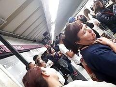 Abuela joven tanga en el metro