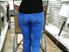 Candid blonde MILF with fanastic ass in jeans
