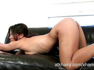 L esotica Lucie gioca con la sua figa pelosa