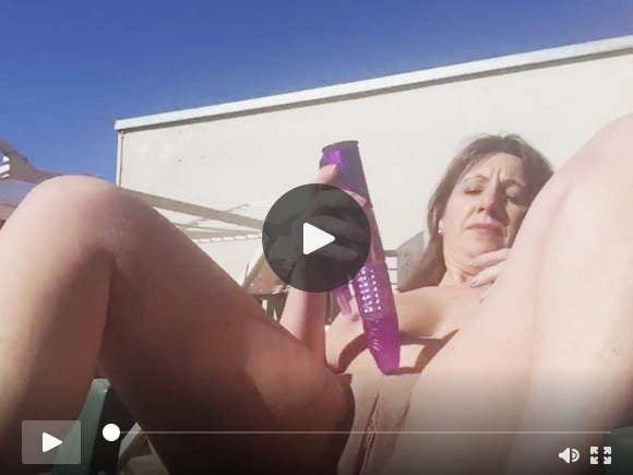 chubby milf toying her pussy outdoor in the sunsexfilms of videos