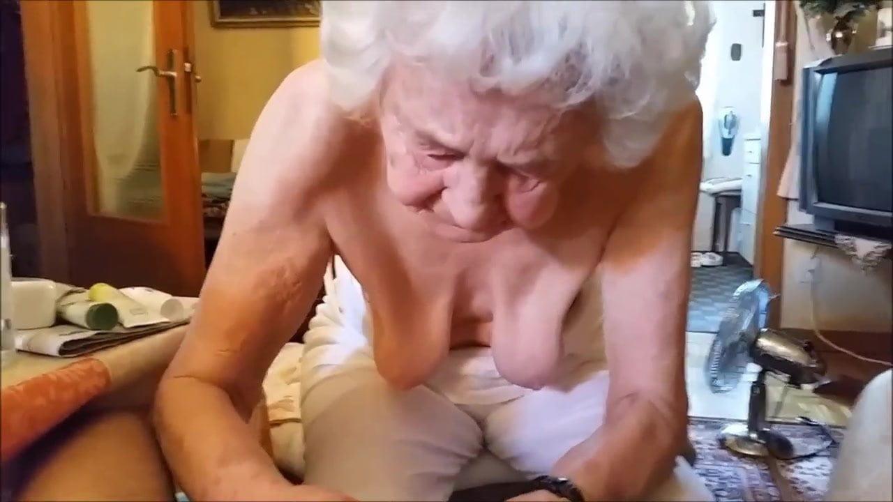 Frau pisst auf schwanz