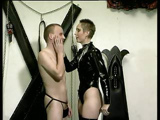 Short Hair Frau Latex Executor
